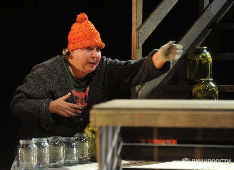 Актриса Марина Голуб в роли Нины в сцене из спектакля Он в Аргентине