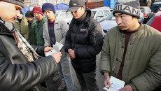 Инспекторы отдела иммиграционного контроля УФМС проводят рейд по выявлению незаконных мигрантов