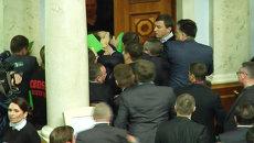 Украинские депутаты устроили потасовку перед входом в зал заседаний