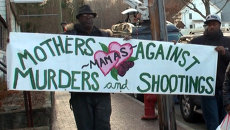 Плакат Матери против убийств развернули у школы в США, где погибли дети