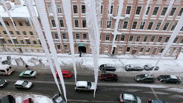 Сосульки на крышах. Архивное фото