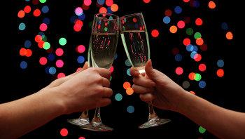Люди чокаются бокалами шампанского. Архивное фото