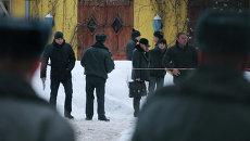 Сотрудники правоохранительных органов на Поварской улице в центре Москвы, где был ранен в результате стрельбы криминальный авторитет Аслан Усоян