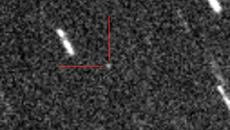 Астероид 2012 DA14 (отмечен красными линиями)