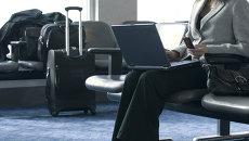 Использование мобильных устройств в аэропорту. Архивное фото