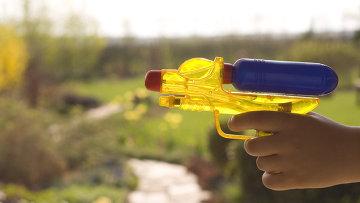 Игрушечный водяной пистолет, архивное фото