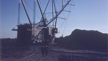 Шагающий экскаватор в карьере по разработке сланцевого месторождения, архивное фото