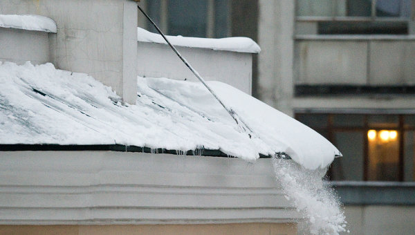 Падение снега с крыши дома. Архивное фото