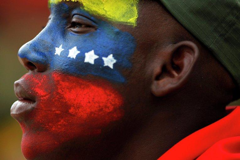 Солдат на военном параде в честь 21-ой годовщины попытки возглавленного Уго Чавесом государственного переворота в Каракасе