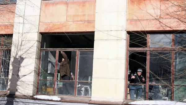 Жители Челябинска убирают стекла, выбитые взрывной волной во время падения космического объекта