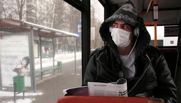 Молодой человек в защитной маске. Архивное фото