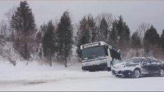 Автобус в кювете и буксующие машины: последствия бури столетия в США