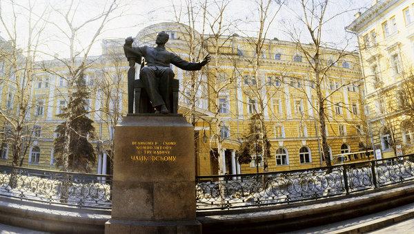 Памятник П.И.Чайковскому у здания Московской консерватории. Архивное фото