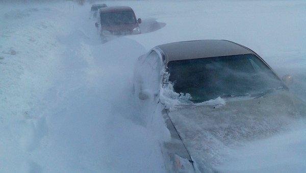 Снежные заторы на трассе. Архивное фото