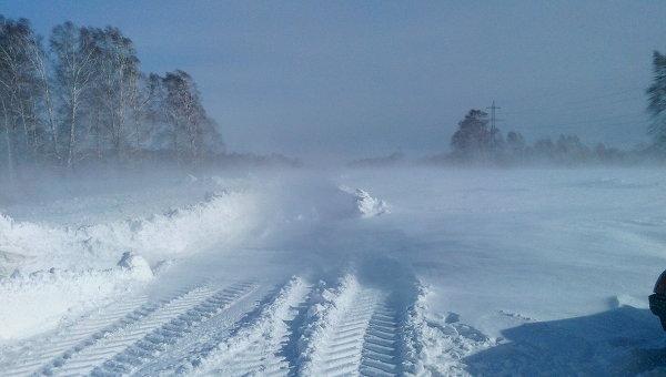 Снежный затор на трассе. Архивное фото
