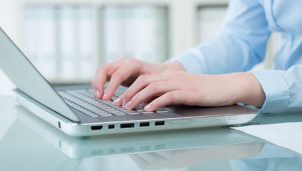 Женщина работает за ноутбуком, архивное фото