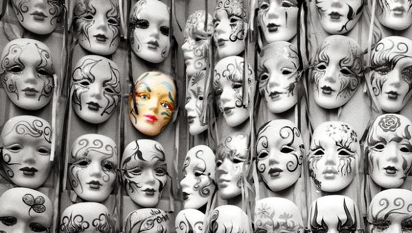 Тетральные маски, архивное фото