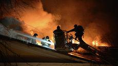 Сотрудники пожарной охраны МЧС России во время тушения пожара в здании Государственного института театрального искусства