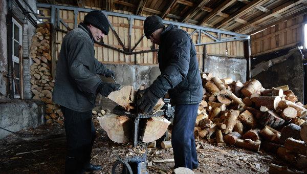Рабочие перерабатывают на дрова отходы производства на лесопромышленном предприятии Абсолют-М. Архивное фото