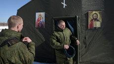 Военнослужащие выходят из мобильного храма, развернутого на месте десантирования в Рязанской области