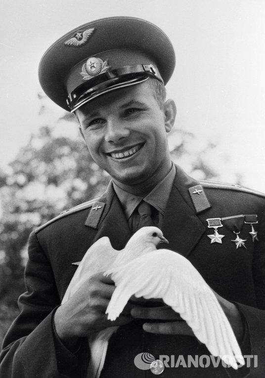 Гагарин держит голубя