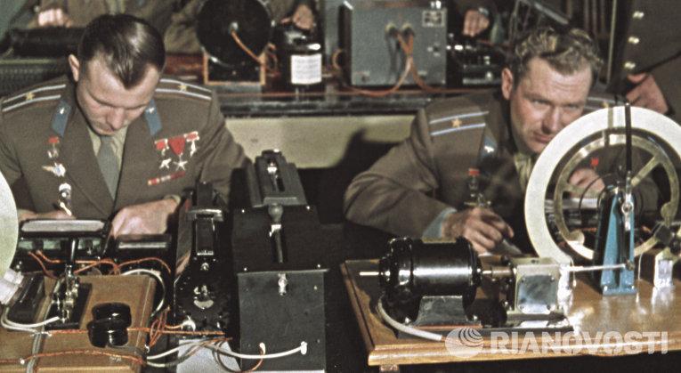 Гагарин и Титов на занятиях в академии