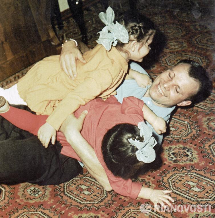 Гагарин и дочери