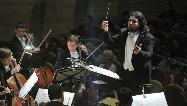 Дирижер Дмитрий Юровский во время концерта Симфоническего оркестра Москвы Русская филармония