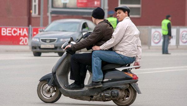Молодые люди на скутере. Архив