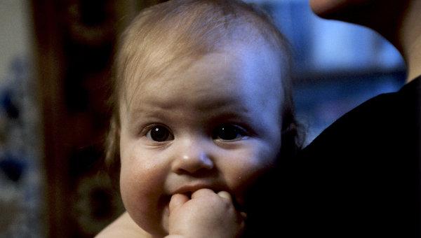 Младенец на руках у матери. Архив
