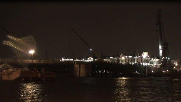 Буксир врезался в опору Дворцового моста в Петербурге