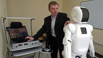 Максим Степаненко настраивает для демонстрации антропоморфного робота AR-600