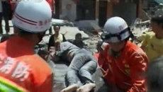 Спасатели достают из-под завалов детей. Последствия землетрясения в Китае