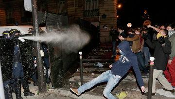 Полиция разгоняет участников акции против однополых браков в Париже