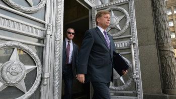 Посол США в России Майкл Макфол выходит из здания Министерства иностранных дел в Москве. Архивное фото