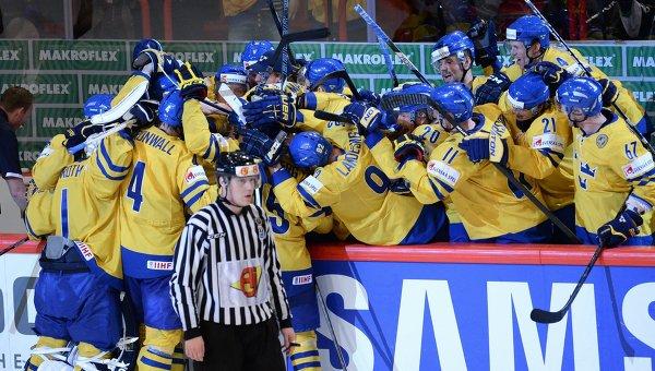 Хоккеисты сборной Швеции радуются победе на чемпионате Мира