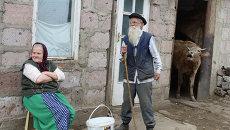 Пожилые молокане ожидают прихода скотины у своего дома в селе Лермонтово