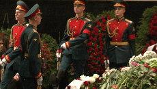 Прощание с Петром Тодоровским: почетный караул и сотни поклонников