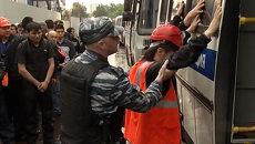 Полицейские в ходе рейда обыскали и увезли нелегалов из города бытовок