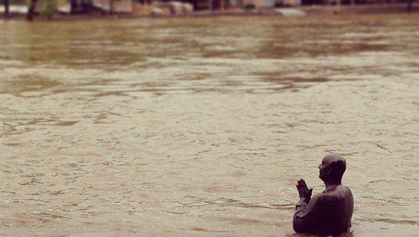 Статуя Будды под водой в результате наводнения в Праге