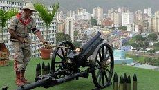 Подготовка к пушечному залпу в годовщину смерти Уго Чавеса в Каракасе