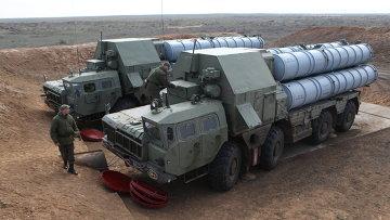 Развертывание зенитно-ракетного комплекса С-300. Архивное фото.
