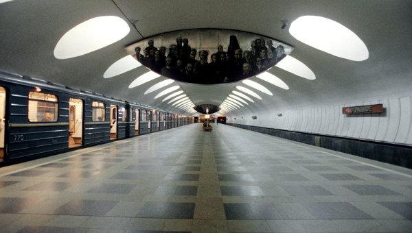 Человек упал под поезд на станции московского метро ...: https://ria.ru/moscow/20100217/209636676.html