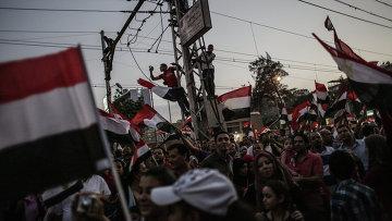 Митингующие у президентского дворца Аль-Иттихадия в Каире