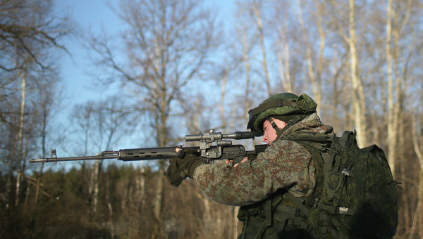 Военнослужащий демонстрирует боевой комплект Ратник, архивное фото
