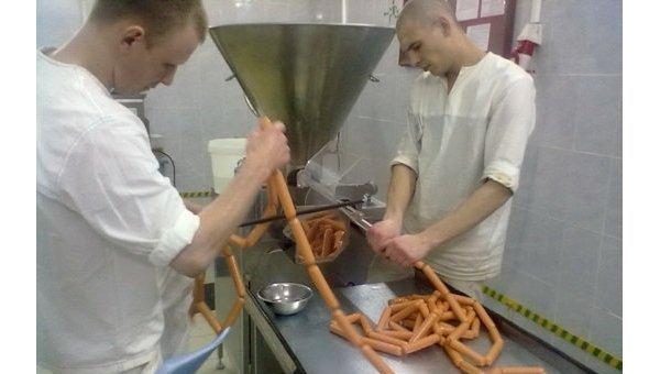 Новосибирские заключенные начали производить сосиски