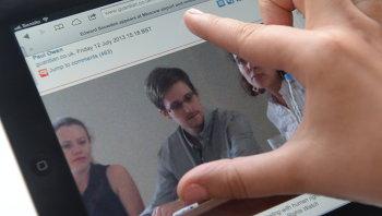 Фотография Сноудена на экране компьютера. Архивное фото