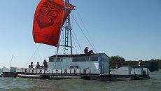 Новосибирцы покоряют Обское море на самодельном плоту