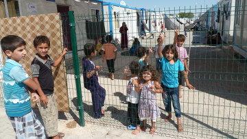 Сирийские дети на улицах контейнерного городка.Архивное фото