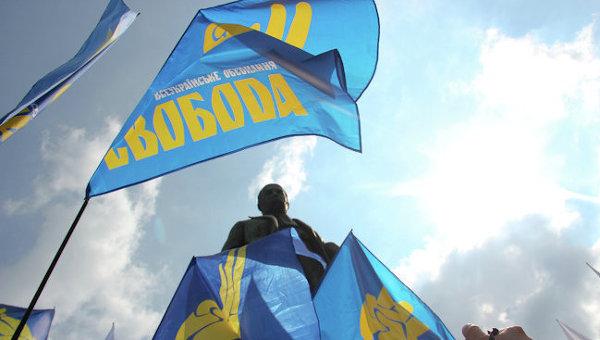 Флагии украинской партии Свобода. Архивное фото